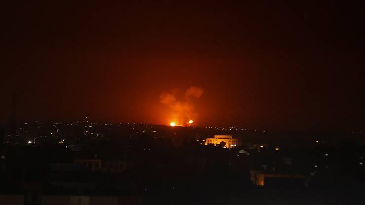 Eine Explosion in Gaza nach israelischen Luftangriffen auf Ziele des Islamischen Dschihad in Gaza und in Syrien. Zuvor waren 20 Raketen aus dem Gazastreifen auf Israel abgefeuert worden. (Foto: Adel Hana/AP Keystone-SDA)