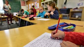 Mit der Einführung des Lehrplans 21 sollen Hausaufgaben künftig in der Schule gemacht werden. (Symbolbild)