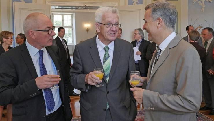 Historisch: Die Regierungspräsidenten Guy Morin (BS, rechts) und Isaac Reber (BL, links) empfangen Ministerpräsident Winfried Kretschmann im Schloss Ebenrain.