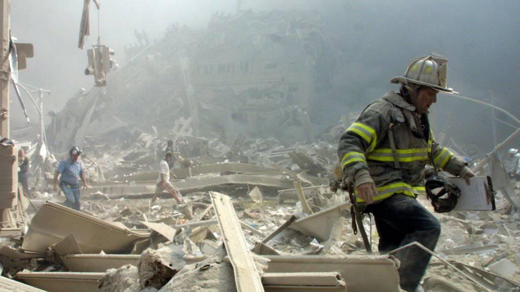 Feuerwehrleute und andere Rettungskräfte verbrachten Tage damit, die mit Schadstoffen durchsetzten Trümmer des World Trade Centers zu durchkämmen. Viele erkrankten an Atemwegserkrankungen oder Krebs. (Archivbild)