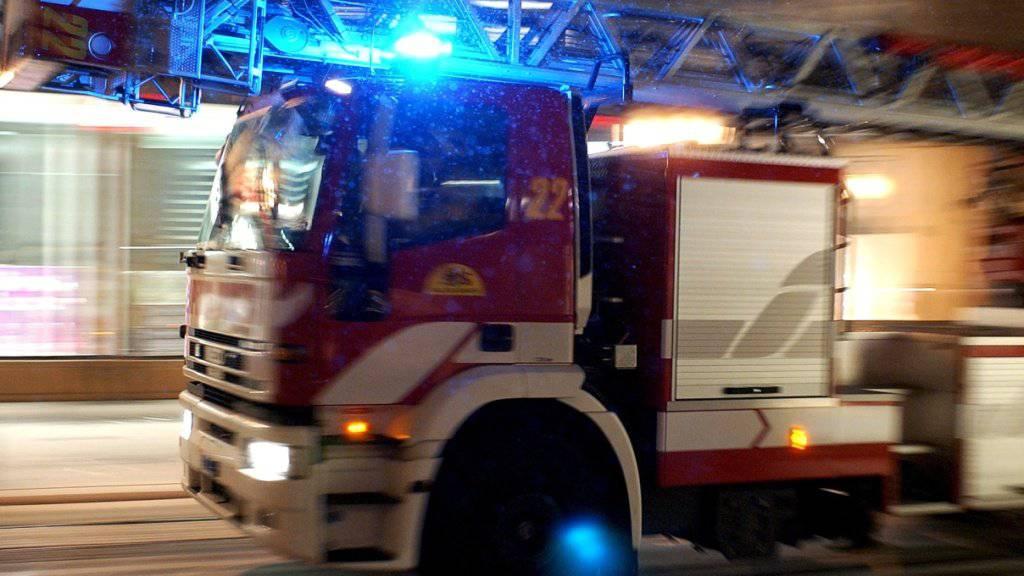 Die Feuerwehr der Stadt Zürich rückte zum Wohnhausbrand an der Bäckerstrasse mit einem Grossaufgebot aus. (Symbolbild)