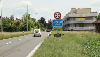Die Geschwindigkeit der Autofahrer bei der Ortseinfahrt Anglikon soll durch eine Eingangspforte gebremst werden.