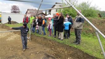 Informationen aus erster Hand: An verschiedenen Posten wird über die Ausgrabungen orientiert. zvg/Kantonsarchäologie