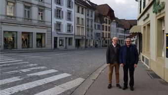 Markus von Däniken (l.) und Vincenzo Bubba erhoffen sich vom Strassenumbau mehr Sicherheit und eine belebtere Vordere Vorstadt. Die Pflastersteine fänden aber auch sie schöner als Asphalt.