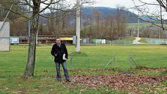 Fürs Foto hat sich Gemeindeammann Tobias Leuthard auf jene Stelle gestellt, an der ein rund 5 Meter breiter und 22 Meter tiefer Schacht gebohrt werden soll. Beim Wäldchen im Hintergrund ist die Krete zu sehen, wo eine Dichtungswand in den Boden getrieben wird.