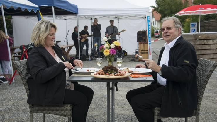 Durften als erste die Derendinger Wurst probieren: Gemeindepräsident Kuno Tschumi mit Ehefrau Petra.