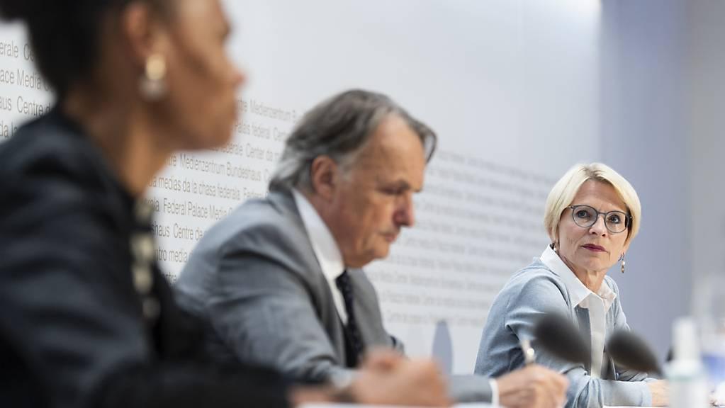 Livia Leu (rechts), Mario Gattiker (Mitte) und Patricia Danzi (links) am Freitagabend vor den Medien in Bern.