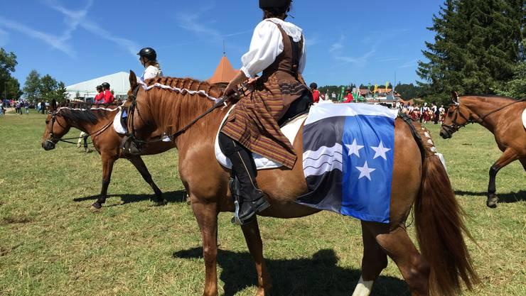 Pferd mit Kantonswappen und Reiterin in Freiämter Werktagstracht begleiteten das Esplanadenprogramm sowie den Umzug