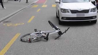 Der Autofahrer machte sich aus dem Staub und überliess die angefahrene Velofahrerin sich selbst. (Symbolbild)