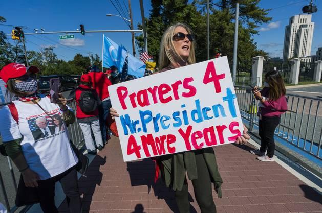 Trump-Anhängerin vor dem Walter Reed-Spital in Washington: Seine Fans halten nach wie vor zum Präsidenten.
