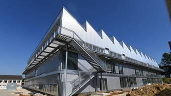 Das gezackte Scheddach ist da, doch die Sek Laufental kann noch lange nicht in den Neubau einziehen.