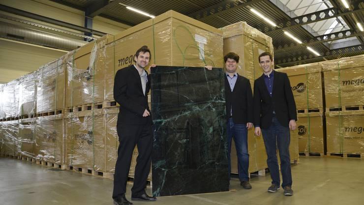 Das ist kein übliches Marmor-Fassadenelement. Dahinter steckt ein kleines Photovoltaik-Kraftwerk. Die Megasol-Mitgründer Terence Hänni, Markus Gisler und Daniel Sägesser (v.l.) bauen in Deitingen eine vollautomatische Produktion auf.