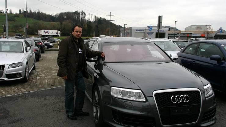 Riccardo Santoro auf dem Areal seiner SAR Premium Cars AG in Dintikon