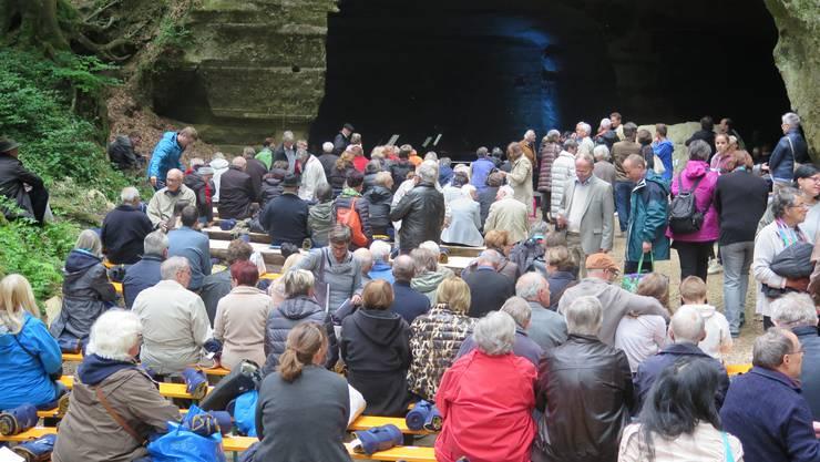 Die Konzertbühne steht im Wald in den Sandsteinhöhlen Liebegg.