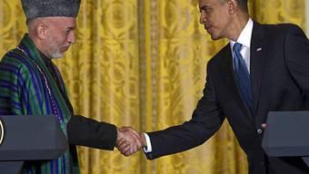 Barack Obama und Hamid Karzai schütteln sich die Hände