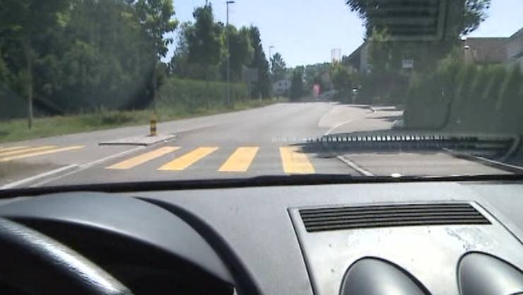 Das Auto streifte die Fussgängerin auf einem Zebrastreifen. (Symbolbild)