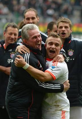 Der Trainer umarmt den Schweizer: Jupp Heynkes und Xheridan Shaqiri.