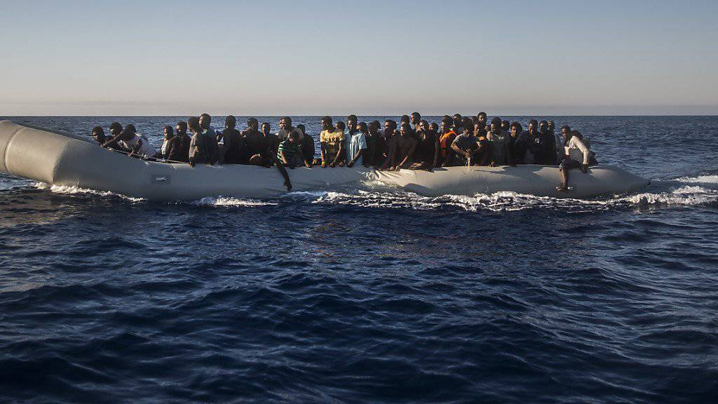 Flüchtlinge in einem Gummiboot vor Libyen. Sie konnten gerettet werden - im Gegensatz zu mehr als 3000 Menschen, die 2016 bereits im Mittelmeer ertranken. (Archiv)