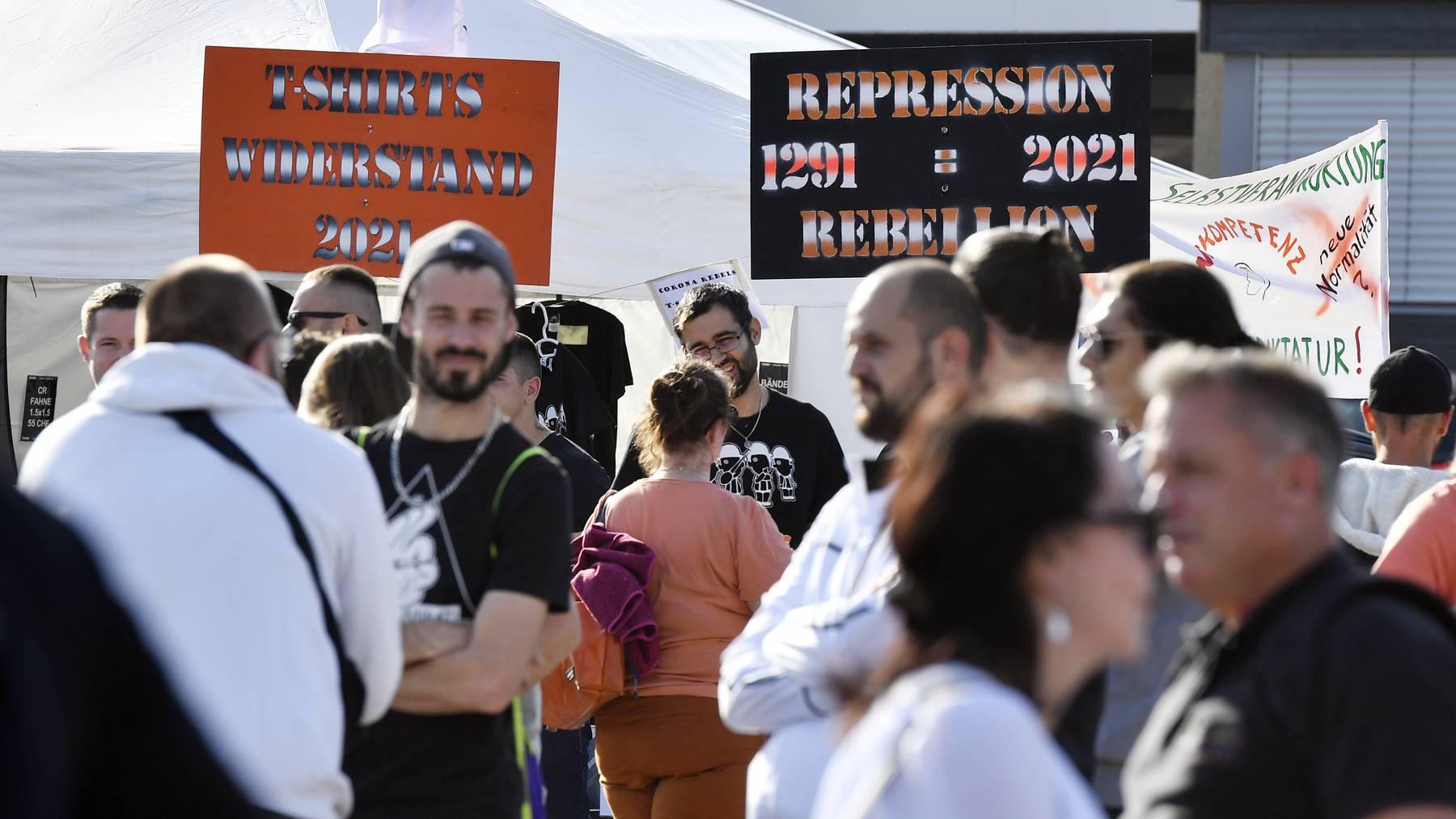 Kundgebung des Vereins Corona-Rebellen auf dem Stierenmarktareal in Zug am Samstag, 2. Oktober 2021. / Corona-Demo