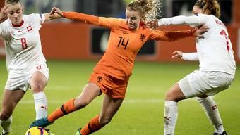 Die Niederländerin Jacky Groenen (Mitte) beschäftigt Rahel Tschopp (links) und Vanessa Bernauer