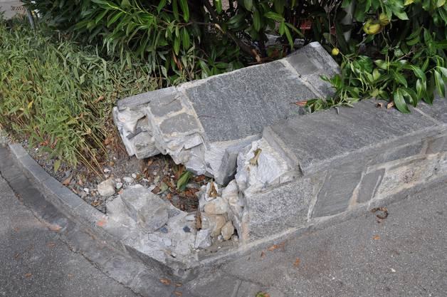 Hier sieht man die beschädigte Gartenmauer.