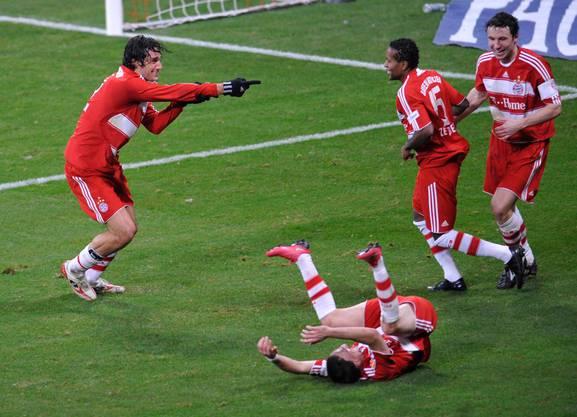 Luca Toni bejubelt seinen Siegtreffer gegen den damaligen Aufsteiger und Bundesliga-Neuling Hoffenheim. Der Italiener schiesst die Münchner mit dem Tor vorübergehend an die Tabellenspitze.