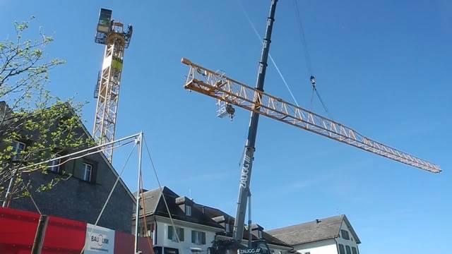 Auf dem Weissenstein wird ein Kran montiert.