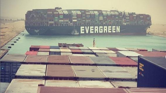 Riesiges Containerschiff im Suezkanal auf Grund gelaufen