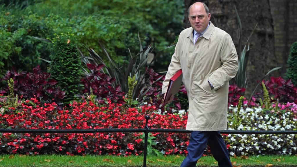 FILED - Der britische Verteidigungsminister, Ben Wallace, auf dem Weg zur Kabinettssitzung. Wallace weist gegenüber Sky News Frankreichs Kritk am U-Boot-Deal zwischen Großbritannien, der USA und Australien zurück. «Wir haben keine Veranlassung, die Franzosen gegen uns aufzubringen.» Photo: Victoria Jones/PA Wire/dpa