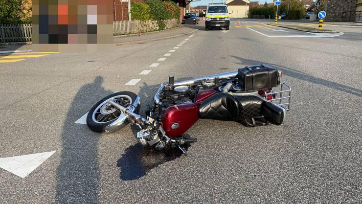 Leibstadt AG, 25. Oktober: Ein Motorradfahrer kommt zu Fall und muss verletzt ins Spital gebracht werden. Ob es zuvor zu einer Kollision mit einem Auto kam, ist unklar.