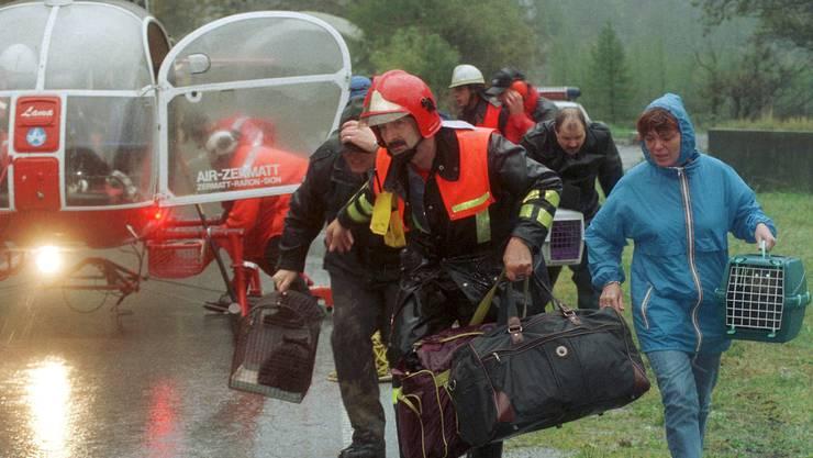 14. Oktober 2000: Die Einwohner von Gondo werden evakuiert.