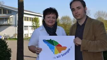 Doris Stöckli und Pirmin Breu mit Festlogo, das Hermetschwil und die Nachbargemeinden darstellt. SL/ARchiv