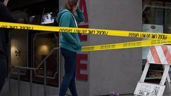 Nach dem Absturz eines Balkons in der US-Stadt Berkeley legen Trauernde am Unglücksort Blumen nieder