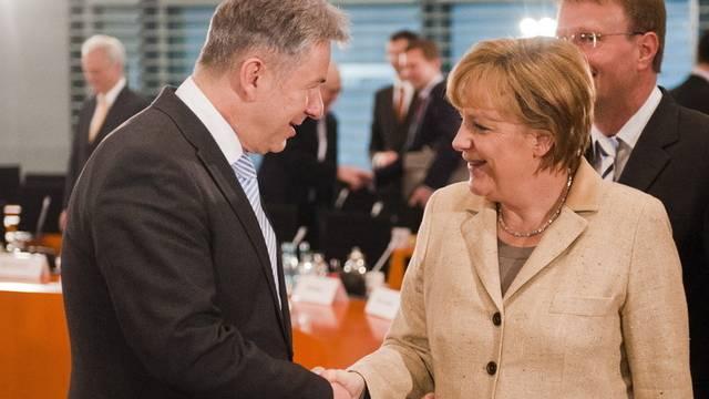 Bundeskanzlerin Merkel begrüsst zu Beginn des Enegiegipfels Berlins Bürgermeister Wowereit