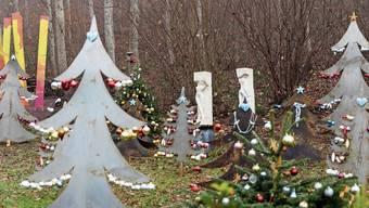 Christbäume aus Stahlblech gibt es im Park der Galerie Bachlechner zu bewundern.