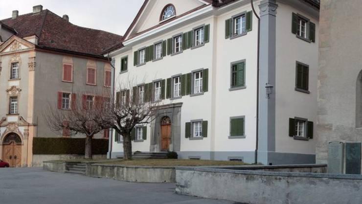 Der Churer Hof, Sitz des Churer Bischofs Huonder: Die Regierungen der Kantone Uri und Graubünden sehen kein Bedürfnis nach der Schaffung zwei neuer Bistümer, wie eine Umfrage.