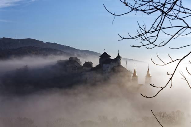Prächtiges Herbstwochenende: Die Festung Aarburg erscheint aus dem Nebel am Morgen.