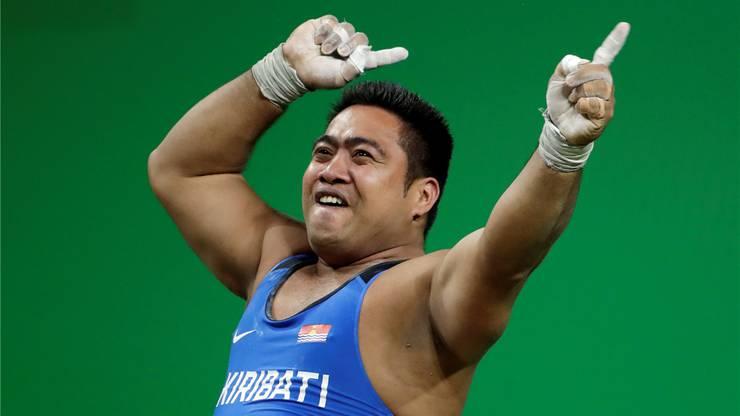 Gewichtheber David Katoatau zeigt seinen Hüftschwung