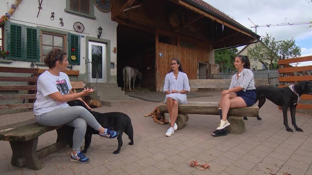 Janina und Stefanie Sutter, führen den «Tierlignadenhof» in Kaisten