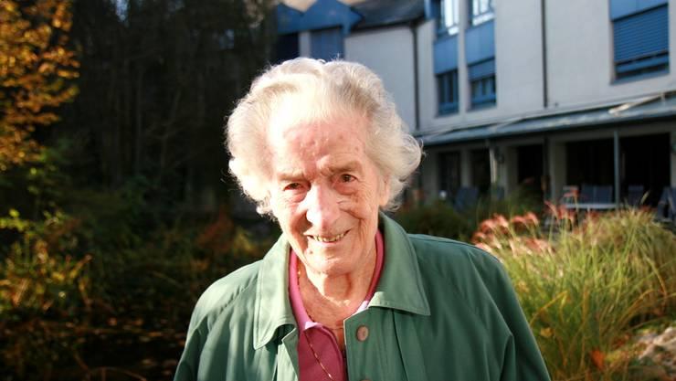 Emma Schärer lebt seit Jahren glücklich im Alterszentrum. Einer ihrer Lieblingsorte ist der Garten.ba