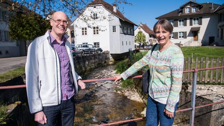 Besitzer Daniel Burckhardt und Denkmalpflegerin Brigitte Frei vor der alte Schmitte in Ziefen. Einst hätte das Haus abgerissen werden sollen, heute ist es geschützt.