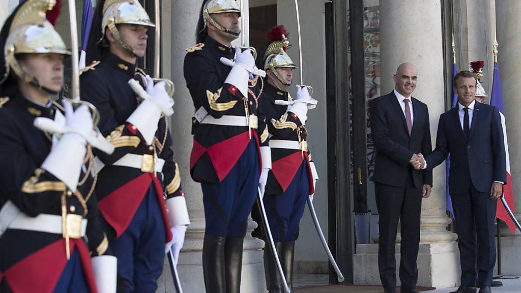 Bundespräsident Alain Berset wird vom französischen Präsidenten Emmanuel Macron (ganz rechts) im Elysée-Palast begrüsst.