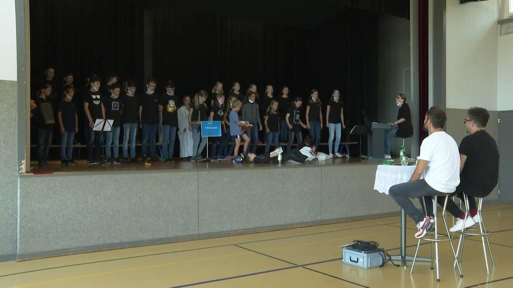 Gansingen AG: Primarschüler singen vor Marc Sway und Bligg