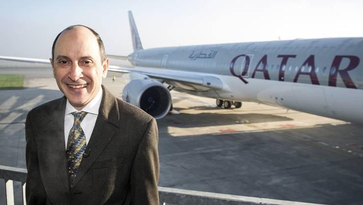 Qatar-Airways-CEO Akbar al Baker posiert vor dem ersten ausgelieferten Airbus A350.