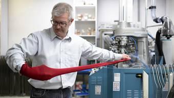 Im Auftrag des Vatikans: Der Rheintaler Sockenhersteller René Tanner hat die Schweizergarde mit 120 Paar roten Socken beliefert.