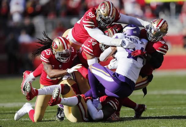 Wo ist das Spielgerät? Irv Smith von den Vikings wird von fünf Spielern der 49ers angegangen.