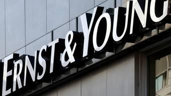 ErnsT & Young befrägt Schweizer und stellt ein grosses Misstrauen gegenüber der Zahlungsfähigkeit der Versicherer fest (Archiv)