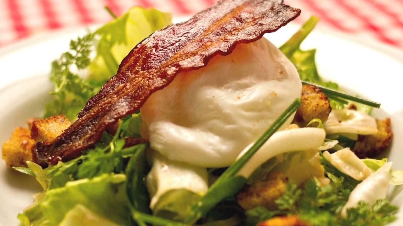 Salade Lyonnaise  an einer Dijon-Vinaigrette