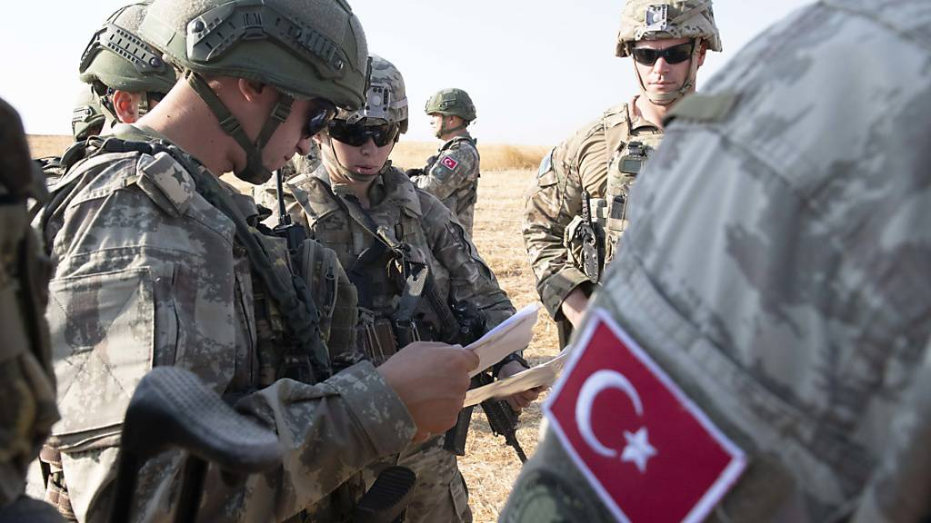 Freie Hand für Erdogan in Nordsyrien nach dem Abzug von US-Soldaten (links, in einer Besprechung mit türkischen Kollegen).