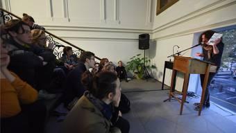 Daniel Kissling, einer der drei des «NaRr»-Teams, bei seiner Präsentation im Treppenhaus der Kunsthalle.